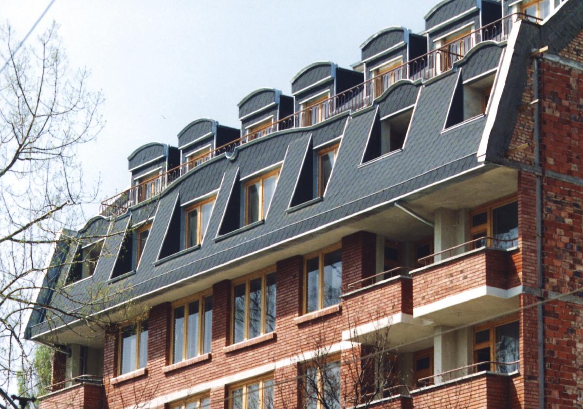 Zgrada sa tamno sivom šindrom Bardoline Top