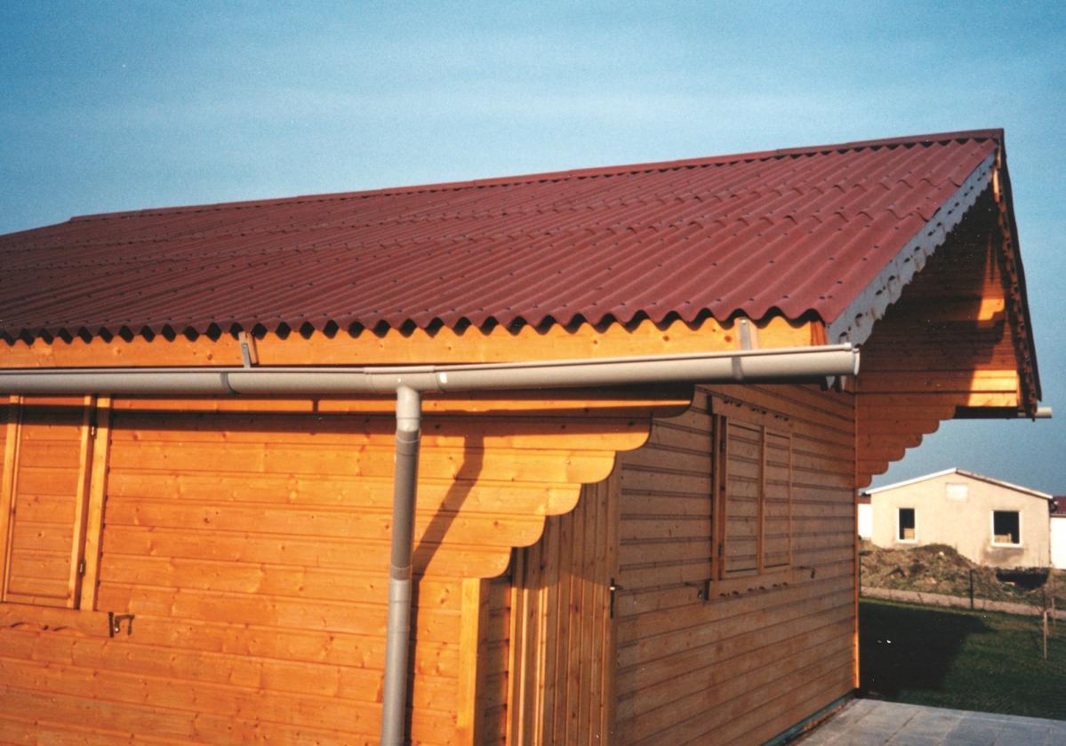 Drvena kućica sa crvenim Onduline Base pločama