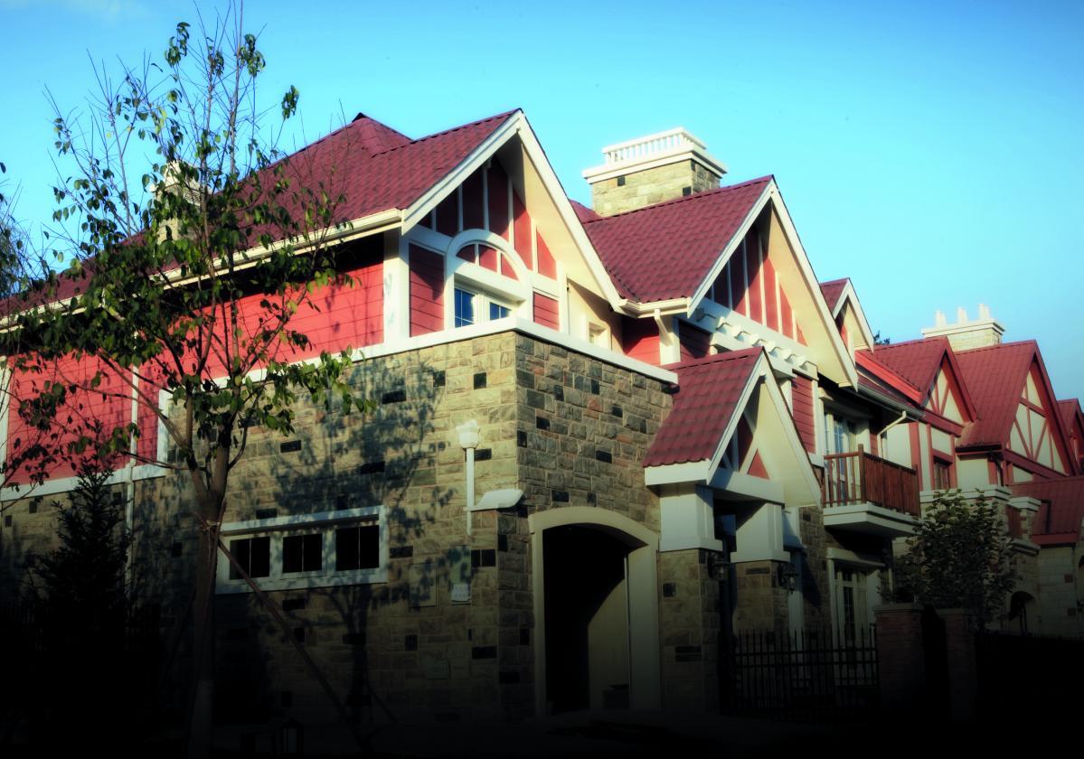 Kuće sa crvenim Onduvilla pločama