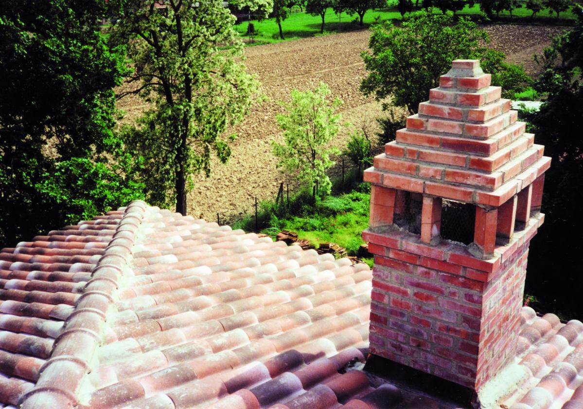 Detalj krova sa pločama ispod crepa