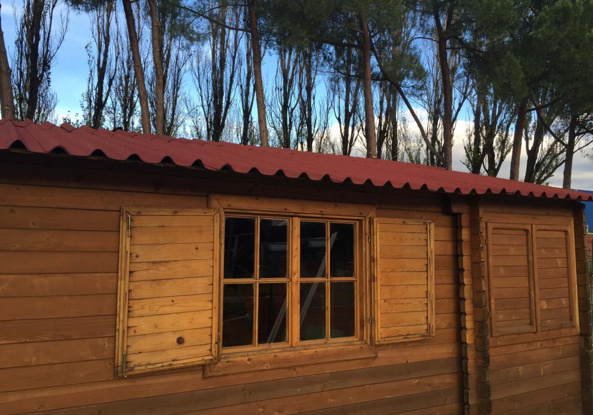 Drvena kućica sa crvenim Easyfix pločama